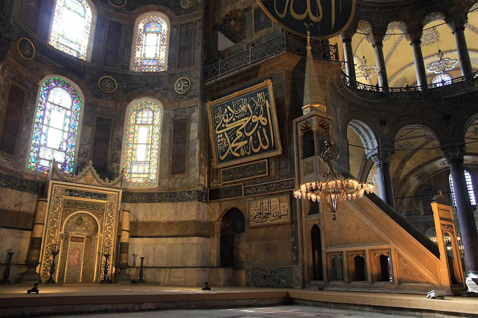 Built in the period of Sultan Murad III, the pulpit in the mosque where the imam delivered his Friday sermons is one of the best examples of marble workmanship from the 16th century Ottoman era.