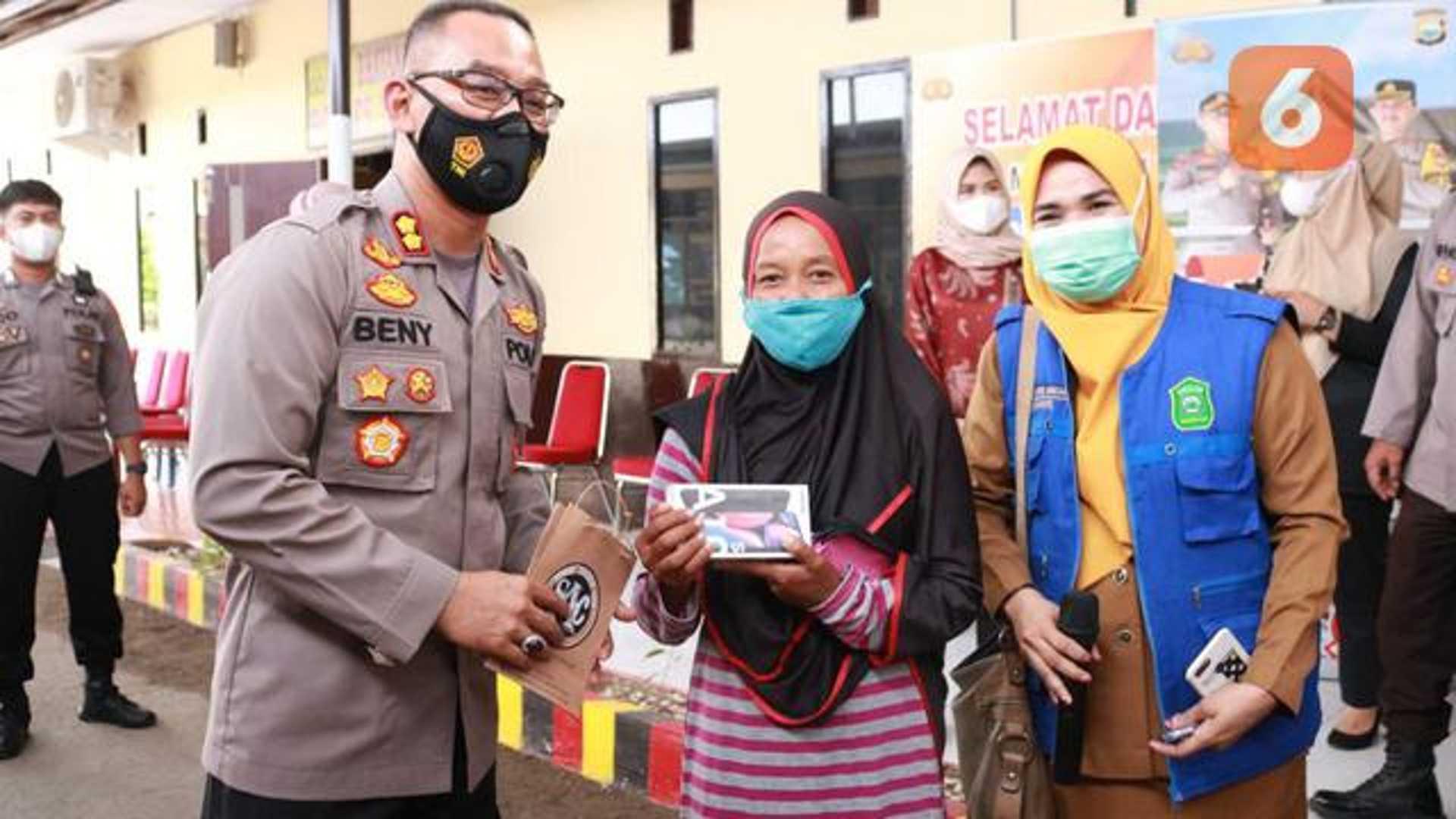 Kapolres Takalar, AKBP Benny Murjayanto memberikan Handphone kepada pemenang (Liputan6.com/Fauzan)