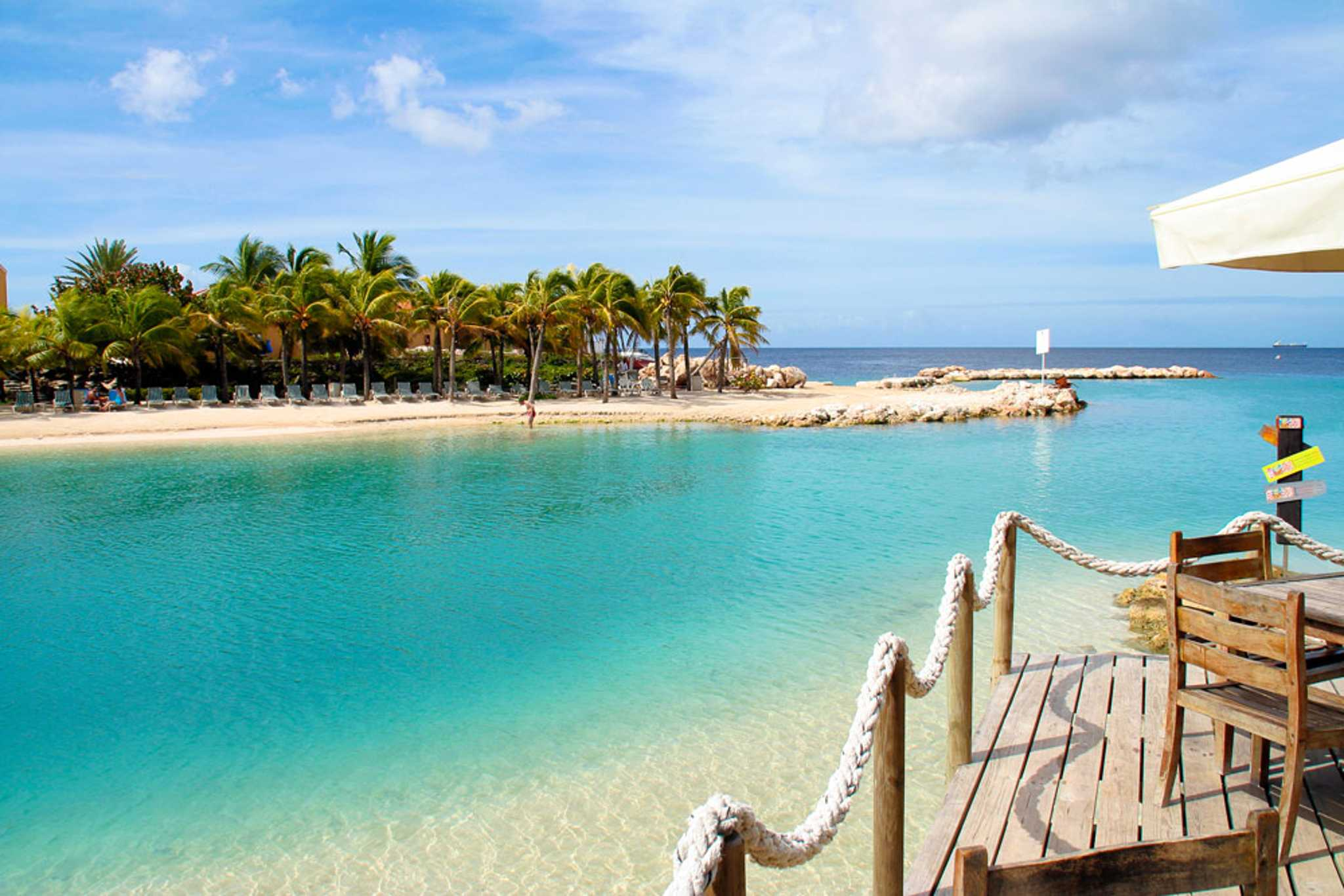 Curacao_Willemstad_beach-with-blue-waters